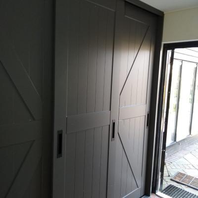 Landelijke stijl deuren geplaatst voor een kastinterieur