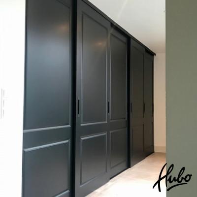 Schuifwand van zwarte stijldeuren
