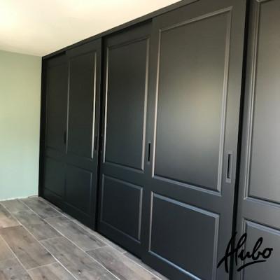 Schuifwand kast met zwarte stijldeuren