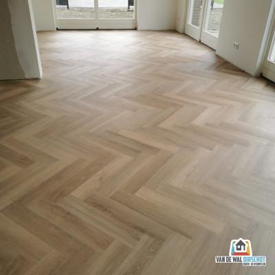 Maatwerk Cotap PVC Visgraat vloer Beige Dryback - gemonteerd door Van de Wal - Oirschot