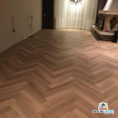 Maatwerk Cotap Visgraat beige PVC vloer - gemonteerd door Van de Wal - Oirschot