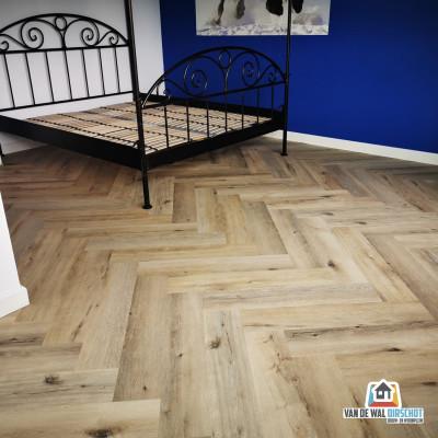 Maatwerk Cotap PVC vloer visgraat naturel dry back - gemonteerd door Van de Wal - Oirschot